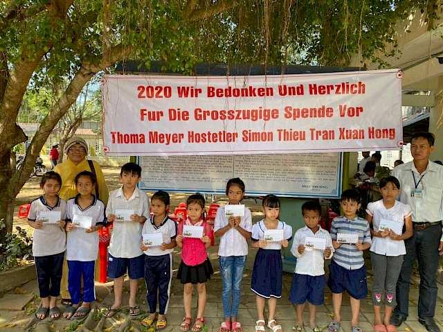 2020: Über unsere Mittelsfrau Xuan Hong Thieu unterstützen wir lokale Projekte in Vietnam. Dieses Mal wurden Kinder mit Schulunterlagen ausgerüstet, es wurden behinderte Kinder in schwierigen Situationen geholfen und bedürftige Familien wurden mit Lebensmitteln unterstützt.